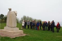 Le groupe devant la statue de Lann Vras