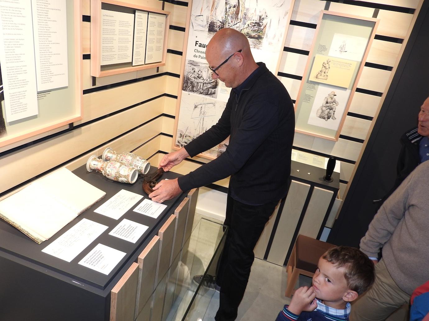 Yves Floury, arrière-arrière petit-fils de Chél déposant  le pistolet près des vases de Chine rapportés par Pierre Loti pour Guillaume Floury (grand Yann) mais comme il était décédé, il en a fait don Célestine Floury (soeur de Guillaume)