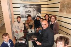 La famille Floury lors de la remise du pistolet au musée